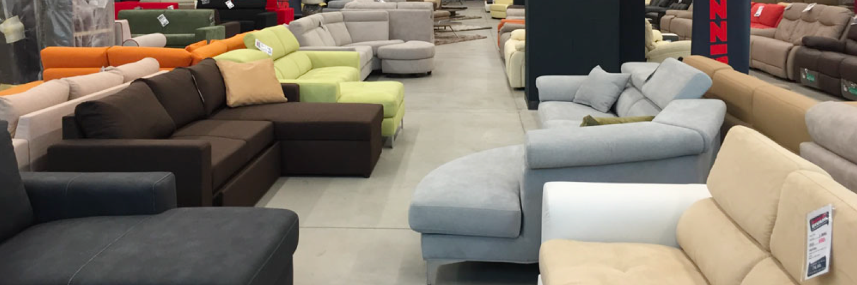 Un vasto assortimento di divani eleganti e moderni in pronta ...